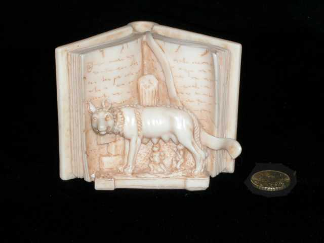 Libro con la loba amamantando. Roma.