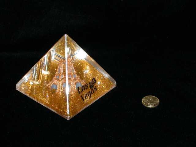 Portalápices con la Torre Eiffel y nieve dorada. Las Vegas.